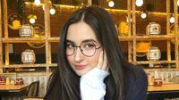 Dalam hal berbusana Stephanie Poetri cenderung lebih suka berpenampilan kasual dan santai. Dengan riasan tipis, anak Titi Dj ini makin manis saat menggunakan kacamata. (Liputan6.com/IG/@stephaniepoetri)