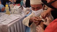 Warga Baduy Dalam ikut vaksinasi COVID-19 yang digelar di Kawasan Adat Baduy, Desa Kanekes, Kabupaten Lebak, Banten pada Kamis (14/10/2021). (Liputan6.com/Fitri Haryanti Harsono)