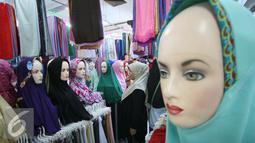Pengunjung mengamati jilbab yang di jual di pasar Beringharjo, Yogyakarta, Rabu, (8/6/2016). Saat bulan ramadan, penjualan pakaian muslim mengalami peningkatan. (Liputan6.com/Boy Harjanto)