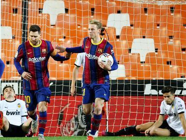 Striker Barcelona, Lionel Messi, melakukan selebrasi bersama rekannya usai mencetak gol ke gawang Valencia pada laga Liga Spanyol di Stadion Mestalla, Minggu (2/5/2021). Barcelona menang dengan skor 2-3. (AFP/Jose Jordan)