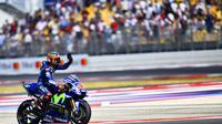 Pembalap Movistar Yamaha, Maverick Vinales menyemangati Valentino Rossi soal peluang menjadi juara dunia MotoGP 2017. (Marco BERTORELLO / AFP)