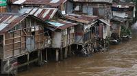 Deretan rumah semi permanen di bantaran Sungai Ciliwung, Manggarai, Jakarta (31/10). Kepala Bappenas Bambang Brodjonegoro mengatakan saat ini terdapat 13,5 juta penduduk Indonesia yang hidup miskin di lingkungan kumuh. (Liputan6.com/Immanuel Antonius)