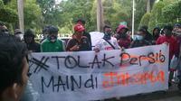 The Jakmania berdemo di depan Hotel Century menuntut agar bobotoh tidak diizinkan datang ke Jakarta (Windi Wicaksono/Liputan6.com)