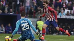 Penyerang Atletico Madrid, Antoine Griezmann, mencetak gol ke gawang Real madrid pada laga La Liga di Stadion Wanda Metropolitano, Sabtu (9/2). Real Madrid menang 3-1 atas Atletico Madrid. (AP/Manu Fernandez)
