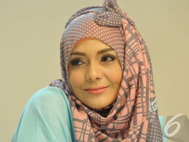 Lula Kamal tampil sangat cantik di sesi pemotretan di kawasan Jakarta Selatan, Kamis (9/10/2014) (Liputan6.com/Panji Diksana)