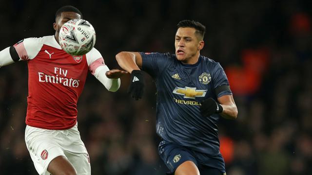 Gelandang Manchester United, Alexis Sanchez, beradu cepat dengan gelandang Arsenal, Ainsley Maitland. (AFP/Daniel Leal-Olivas)