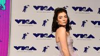 Lorde dengan gaun indahnya yang membuatnya seperti seorang puteri di MTV Video Music Awards 2017 (Dailymail)
