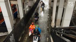 Sejumlah pengendara sepeda motor melintas di jalur bus di Terminal Manggarai, Jakarta, Senin (15/1). Para pengendara ini nekat menerobos jalur yang tak semestinya mereka melewati dan juga prilaku ini melanggar aturan. (Liputan6.com/Immanue Antonius)