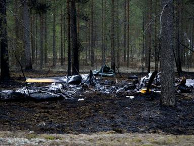 Sebuah pesawat jenis Comp Air 8 jatuh di dekat Pangkalan Udara Jamijarvi, barat daya Finlandia, Senin (21/4/2014). (REUTERS/Vesa Moilanen/Lehtikuva)