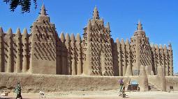 Masjid Djingareyber dibangun oleh Sultan Kankan Moussa pada 1327 setelah kembali dari Mekkah, antara tahun 1570 dan 1583. Masjid ini merupakan salah satu dari tiga masjid terbesar di kota Timbuktu. (dilemma-x.net)