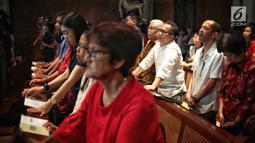 Umat Katolik berdoa saat melaksanakan misa Natal di Gereja Katedral, Jakarta, Selasa (25/12). Natal tahun 2018 di Gereja Katedral Jakarta diselenggarakan dengan mengusung tema Yesus Kristus Hikmat Bagi Kita. (Liputan6.com/Faizal Fanani)