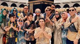 Tidak sendirian, Atta berangkatkat ke Tanah Suci Mekkah bersama pasukan Gen Halilintar lainnya untuk menjalankan ibadah umrah (Liputan6.com/IG/attahalilintar)