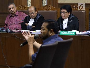 Terdakwa dugaan suap proyek PLTU Riau-1 yang juga mantan Dirut PLN, Sofyan Basir (kiri) menyimak keterangan terpidana korupsi e-KTP, Setya Novanto yang menjadi saksi pada sidang di Pengadilan Tipikor, Jakarta, Senin (12/8/2019). Sidang mendengar keterangan saksi. (Liputan6.com/Helmi Fithriansyah)