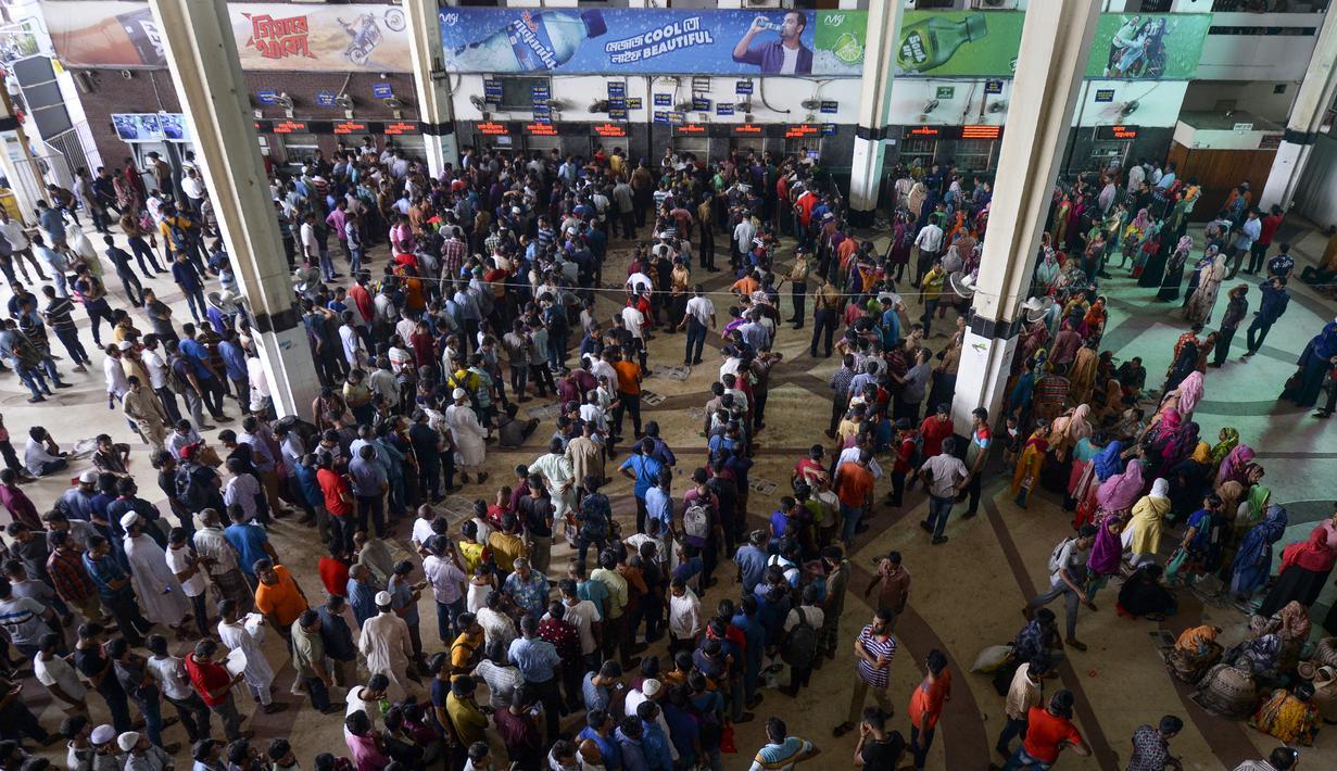 FOTO Mudik Idul Adha Warga Bangladesh Padati Stasiun