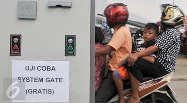 Gate parkir kendaraan di RPTRA Kalijodo masih dalam tahap ujicoba, Jakarta, Rabu (3/5). Sebelumnya, sistem parkir RPTRA Kalojodo menggunakan parkir meter namun dirubah menggunakan gate parkir. (Liputan6.com/Yoppy Renato)