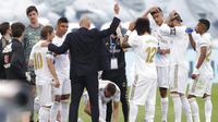 Pelatih Real Madrid, Zinedine Zidane, memberikan arahan kepada anak asuhnya saat melawan Eibar pada laga La Liga di Estadio Alfredo Di Stefano, Senin (15/6/2020). Real Madrid menang 3-1 atas Eibar. (AP/Bernat Armangue)