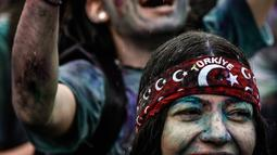 Seorang wanita tersenyum saat mengikuti Color Sky Festival di distrik Kadikoy, di Istanbul, Turki (6/5). Color Sky Festival merupakan acara amal tahunan yang diadakan di Istanbul. (AFP Photo/Yasin Akgul)