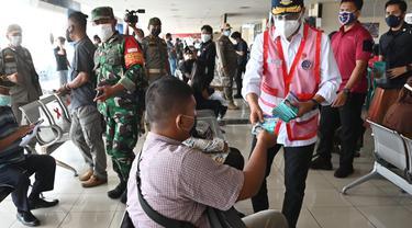 Menteri Perhubungan (Menhub) Budi Karya Sumadi meninjau pos penyekatan jalan yang berada di KM 31 Cikarang Barat ruas tol Jakarta – Cikampek, Minggu (18/7/2021). Dok Kemenhub