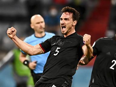 Pemain Jerman Mats Hummels (kiri) dan Antonio Ruediger merayakan setelah mencetak gol ke gawang Hungaria pada pertandingan Grup F Euro 2020 di Allianz Arena, Munich, Jerman, Rabu (23/6/2021). Pertandingan berakhir imbang 2-2. (Lukas Barth/Pool Photo via AP)