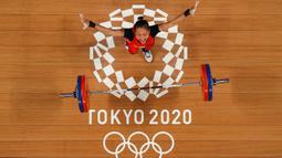 Foto yang diambil dengan kamera robot memperlihatkan ekspresi atlet angkat besi asal Indonesia, Windy Cantika Aisah usai berhasil memperoleh medali perunggu dari cabang olahraga angkat besi 49kg putri Olimpiade Tokyo 2020, Sabtu(24/72021). (Foto: AFP/Various Sources/Chris Graythen)