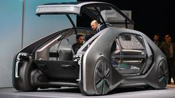Kendaraan robot dengan mobilitas berbagi, Renault EZ-GO, pada pameran otomotif Geneva Motor Show 2018, Selasa (6/3). Mobil robot tersebut menerapkan konsep mobilitas berbagi sehingga siapapun bisa nebeng di mobil ini saat bepergian. (Fabrice COFFRINI/AFP)