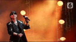 Grup band rock asal Jerman, Scorpions tampil di perhelatan JogjaROCKarta #4 di Stadion Kridosono, Yogyakarta, Minggu (1/3/2020). Scorpions membawakan sejumlah lagu hitsnya seperti Send Me An Angel, Wind of Change hingga Still Loving You. (Fimela.com/Bambang E Ros)