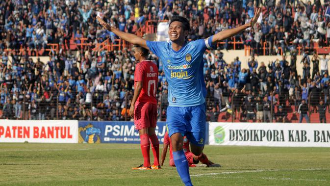 Kapten PSIM, Hendika Arga Permana, selebrasi saat melawan Martapura FC di Stadion Sultan Agung, Bantul, Selasa (3/7/2018). (Dok Bola.com)