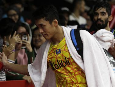 Tunggal putra Indonesia, Jonatan Christie, menyapa suppoter usai mengalahkan tunggal India. (Bola.com/Yoppy Renato)