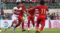 Aksi pemain Madura United, Andik Vermansah, saat beruji coba melawan Timnas Indonesia U-22 di Stadion Gelora Bangkalan, Selasa (12/2/2019). (Bola.com/Aditya Wany)