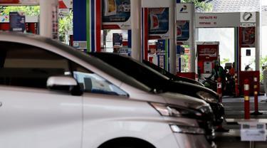 Sejumlah kendaraan mengisi bahan bakar minyak (BBM) di SPBU Kuningan Jakarta, Sabtu (5/5). Pemerintah berencana untuk menambah subsidi solar di tengah harga minyak dunia yang sedang naik. (Liputan6.com/Johan Tallo)