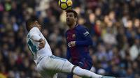 Lionel Messi (kanan) belum bisa berbuat banyak di El Clasico antara Real Madrid vs Barcelona ( JAVIER SORIANO / AFP)