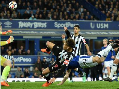 Para Pemain Everton dan Newcastle United berebut bola pada lanjutan Premier League di Goodison Park, Liverpool,(23/4/2018). Everton menang 1-0. (AFP/Oli Scarff)