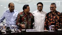 Ketua DPD Oesman Sapta Odang (kedua kanan) bersma Ketua KPU RI Arief Budiman (kanan) Ketua Bawaslu Abhan (kedua kiri) dan Wakil Ketua DPD Nono Sampono (kiri) saat pertemuan DPD dengan KPU dan Bawaslu, Jakarta, Selasa (24/7). (Liputan6.com/Johan Tallo)