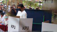 Bobby Nasution saat menggunakan hak pilih di Pilkada Medan