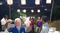 Adanya lampu damar kurung yang dipajang di Situs Giri Kedaton menjadi salah satu jujukan bagi pengunjung untuk berfoto. (YUDHI DWI ANGGORO/RADAR GRESIK)