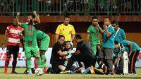 Dimas Galih Pratama saat mengalami cedera pada laga melawan Madura United di Stadion Gelora Madura, Pamekasan (1/9/2019). (Bola.com/Aditya Wany)