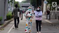 Warga mengenakan masker berjalan di pedestrian Jalan Jenderal Sudirman, Jakarta, Minggu (18/10/2020). Gubernur DKI Jakarta Anies Baswedan menyatakan penggunaan masker oleh masyarakat Jakarta baru mencapai 70 persen dan harus ditingkatkan menjadi 85 persen . (Liputan6.com/Helmi Fithriansyah)