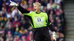 Peter Schmeichel - Kiper Legendaris Manchester United ini mencetak golnya saat memperkuat Aston Villa di laga kontra Everton pada 20 Oktober 2001. Sayang gol tersebut gagal menyelamatkan timnya dari kekalahan dengan skor 3-2. (AFP/Morten Juhl)