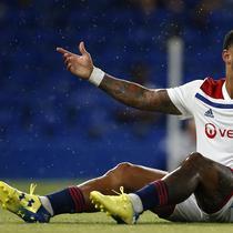 Striker Lyon, Memphis Depay terjatuh saat menghadapi Chelsea dalam International Champions Cup (ICC) di Stamford Bridge, London, Inggris, Selasa (7/8). Chelsea menang 5-4 atas Lyon. (Ian KINGTON/AFP)