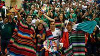 Suporter Meksiko bersorak sambil mengenakan pakaian tradisional dalam laga persahabatan antara Meksiko dengan Skotlandia di Stadion Azteca, Mexico City, Meksiko, Sabtu (2/6). Meksiko menang 1-0. (AP Photo/Eduardo Verdugo)