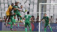 Pemain Sriwijaya FC berebut menyundul bola dengan pemain PSMS Medan saat pertandingan perebutan juara ketiga Piala Presiden di Stadion Gelora Bung Karno, Jakarta, Sabtu (17/2). (Liputan6.com/Arya Manggala)
