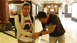 Pemain Indonesia, Evan Dimas, bersalaman dengan fans saat meninggalkan penginapan usai pertandingan terakhir Piala AFF 2018 melawan Filipina di Hotel Sultan, Jakarta, Senin (25/11). Indonesia gagal lolos fase grup Piala AFF. (Bola.com/M Iqbal Ichsan)