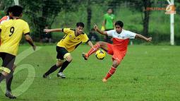 Pemain Persija Jakarta Egi Melgiansyah (kanan) saat latihan (Liputan6.com/Helmi Fithriansyah).