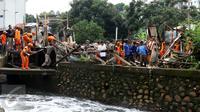 Proses penertiban bangunan di bantaran Kali Krukut, Jakarta, oleh petugas PPSU Kelurahan Petogogan dan Satpol PP, Rabu (12/10). Kali Krukut yang terhalang bangunan adalah penyebab banjir parah di Kemang beberapa waktu lalu. (Liputan6.com/Gempur M Surya)