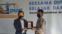 Direktur Enterprise & Business Service Telkom Edi Witjara (kiri) menyerahkan cindera mata kepada Kepala SMAN 8 Garut Jujun, S.Pd, M.Pd, dalam acara seremoni pemanfaatan Pijar Sekolah di SMAN 8 Garut, Jawa Barat, Kamis (17/9).