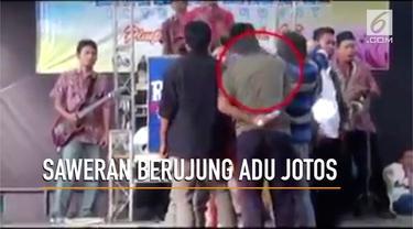 Adu jotos terjadi di atas panggung saat sekolompok pria tengah menyawer biduan.