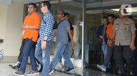 Polisi mengawal dua tersangka kasus penyiramanan air keras terhadap penyidik senior KPK Novel Baswedan di Polda Metro Jaya, Jakarta, Sabtu (28/12/2019). Tersangka berinisial RM dan RB dipindahkan dari Polda Metro Jaya ke Bareskrim Mabes Polri untuk penyidikan lebih lanjut. (merdeka.com/Imam Buhori)