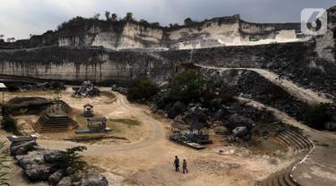 Wisatawan mengunjungi tempat rekreasi penambangan batu kapur di Bukit Jaddih, Bangkalan, Madura, Jawa Timur, Minggu (3/11/2019). Hingga saat ini tempat tersebut masih aktif sebagai lokasi penambangan batu kapur. (Liputan6.com/JohanTallo)