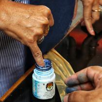 Warga memasukkan jarinya ke dalam botol berisi tinta saat simulasi pemungutan dan pencoblosan surat suara Pemilu 2019 di Taman Suropati, Jakarta, Rabu (10/4). Simulasi dilakukan untuk meminimalisir kesalahan dan kekurangan saat pencoblosan pemilu pada 17 April nanti. (Liputan6.com/Johan Tallo)