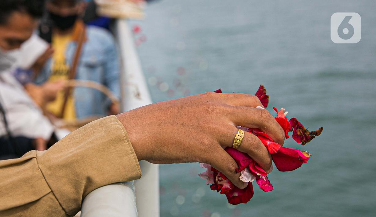 Keluarga korban melakukan prosesi tabur bunga di lokasi jatuhnya pesawat Sriwijaya Air SJ 182 di perairan Kepulauan Seribu, Jumat (22/1/2020). Sebanyak 50 orang perwakilan keluarga melakukan tabur bunga sebagai penghormatan terakhir kepada para korban kecelakaan pesawat. (Liputan6.com/Faizal Fanani)